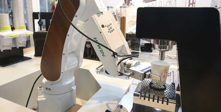 協作型機器人為一項重要的自動化工具,人機共存將是未來的趨勢。圖為上銀科技推出的六軸機械手臂煮咖啡。圖/本報資料照片