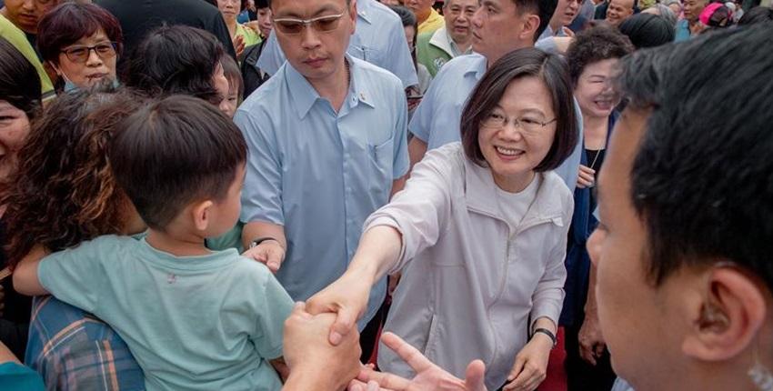 總統蔡英文參拜高雄茄萣金鑾宮,宣布今年台商回台投資金額,將上看5,000億元。圖:總統府提供